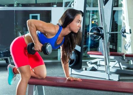 実は腕の太さを決めるのは上腕二頭筋ではなく上腕三頭筋。安全かつ意識しやすいキックバックで二の腕をぶっとくしよう!