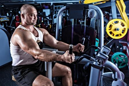 いつまでマシントレーニングばかりやっている?マシントレーニングだけの今の状態から抜け出せば、さらに筋肉が発達するその理由とは